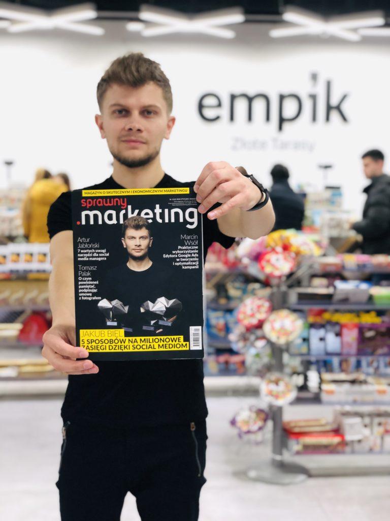 Jakub Biel w Empiku pokazuje okładkę Sprawnego Marketingu