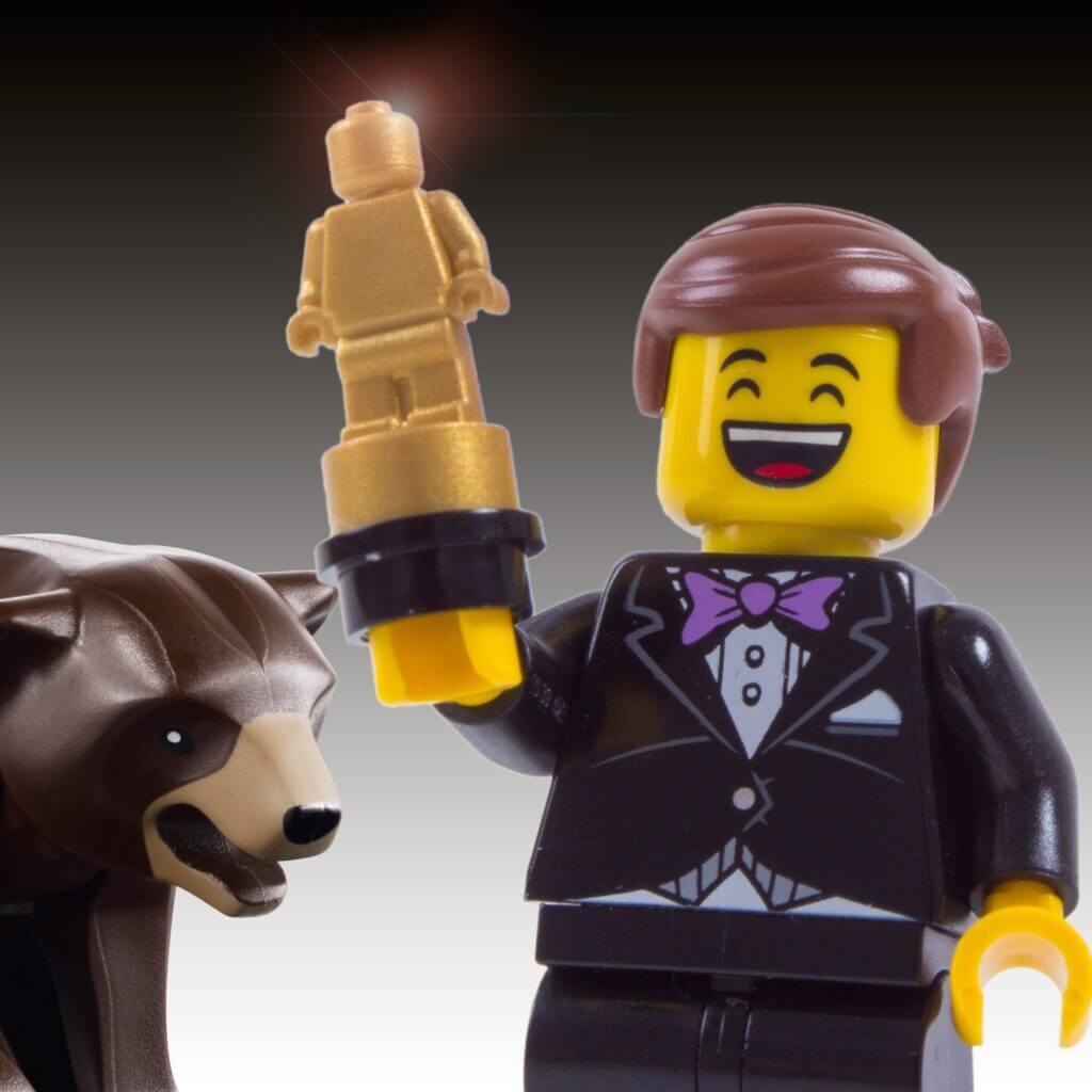 Uśmiechnięta postać lego ze statuetką Oscara. Real Time Marketing
